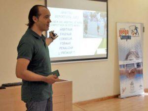 Kike Caba dando una charla sobre Tarjeta Verde.