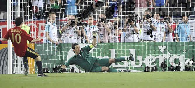 Cesc marcando el penalti ante Italia.